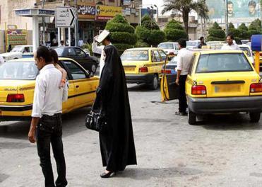 تلاش برای کشف حجاب خانم آمر به معروف در خیابانهای تهران!
